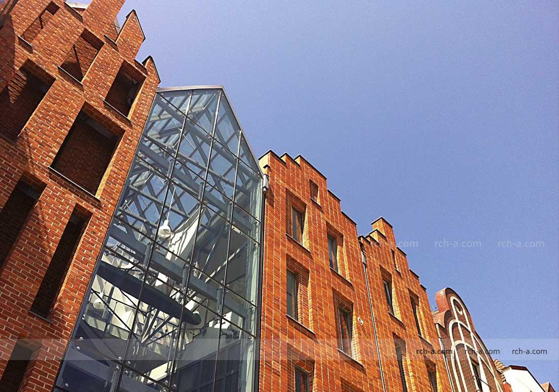 Застройка в историческом центре - кирпич и стекло