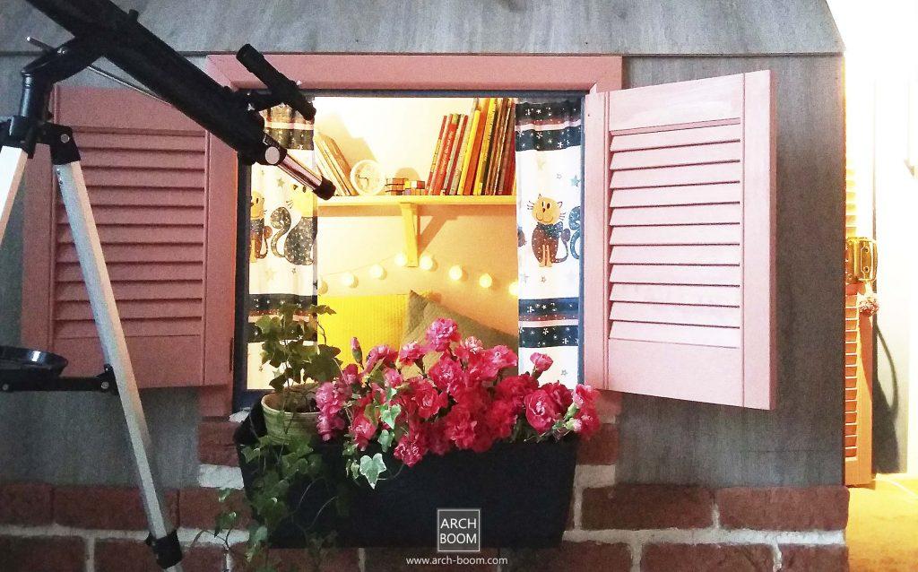 domek dla dzieci z okiennicami