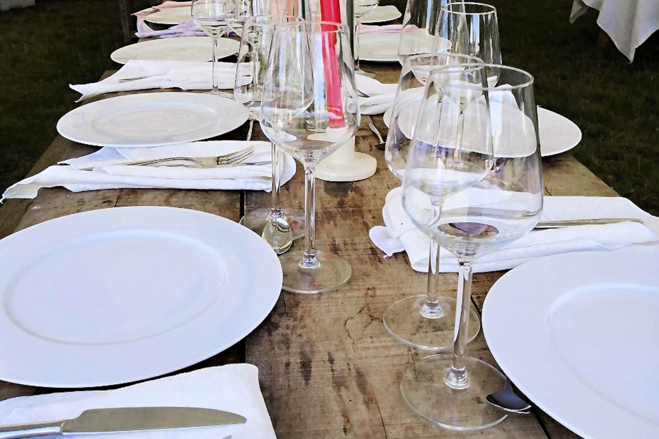Drewniany stół warsztatowy a elegancka zastawa