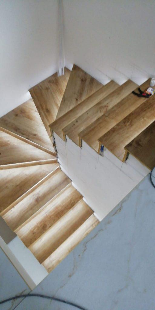 schody dywanowe z oświetleniem ledowym